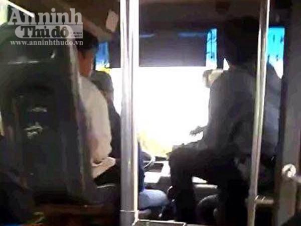 Sốc: Vừa lái xe buýt vừa đánh bài gây nguy hiểm cho hàng chục hành khách ảnh 1