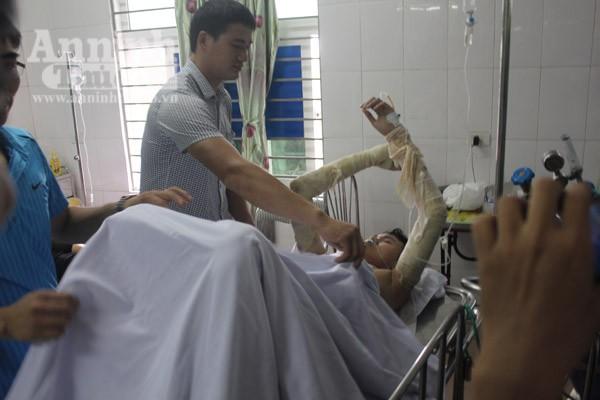 Một bệnh nhân bị thương nặng đang được các bác sỹ chăm sóc