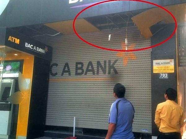 Trèo lên trần sửa cửa cuốn, bảo vệ một ngân hàng bị mắc kẹt, tử vong ảnh 1