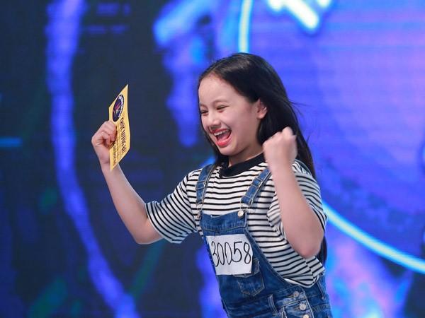 """Bé gái 11 tuổi hát """"Hồ trên núi"""" khiến Isaac và Văn Mai Hương """"nổi da gà"""" ảnh 1"""