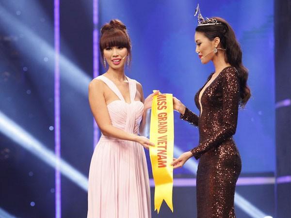 Lan Khuê trao dải băng cho đại diện Hoa khôi Áo dài Việt Nam 2016 - giám khảo Hà Anh