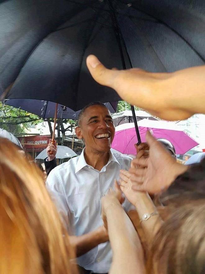 Tổng thống Obama dừng chân trú mưa tại làng Mễ Trì trước khi bay vào TP.HCM ảnh 4