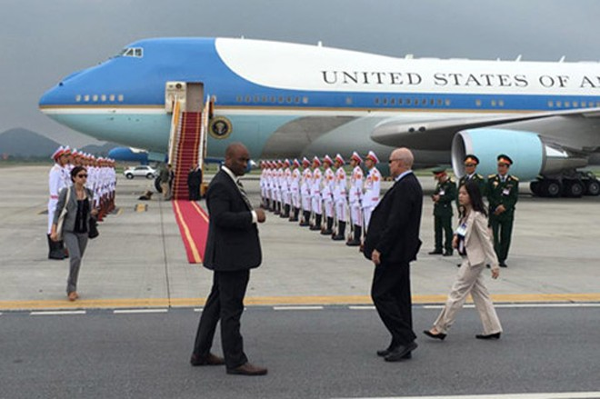 Tổng thống Obama dừng chân trú mưa tại làng Mễ Trì trước khi bay vào TP.HCM ảnh 6