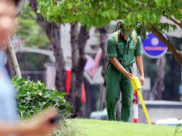 Lực lượng công binh rà bom mìn tại khách sạn Tổng thống Obama lưu trú tại TP Hồ Chí Minh