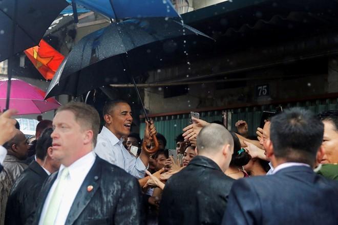 Tổng thống Obama dừng chân trú mưa tại làng Mễ Trì trước khi bay vào TP.HCM ảnh 3