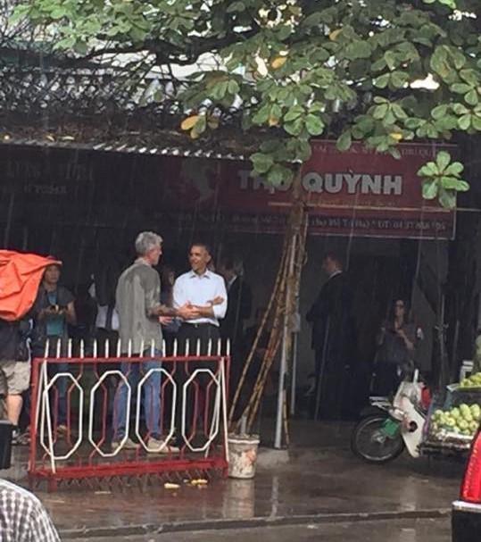 Tổng thống Obama dừng chân trú mưa tại làng Mễ Trì trước khi bay vào TP.HCM ảnh 1