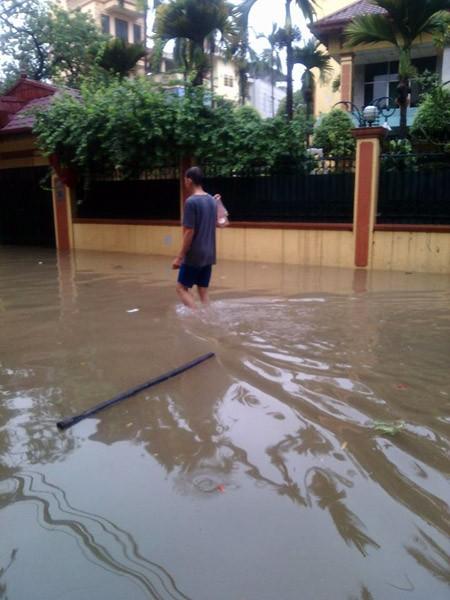 """Hà Nội: Hàng loạt """"xế hộp"""" bị nhấn chìm trong biển nước, giao thông bị ùn tắc cục bộ ảnh 11"""