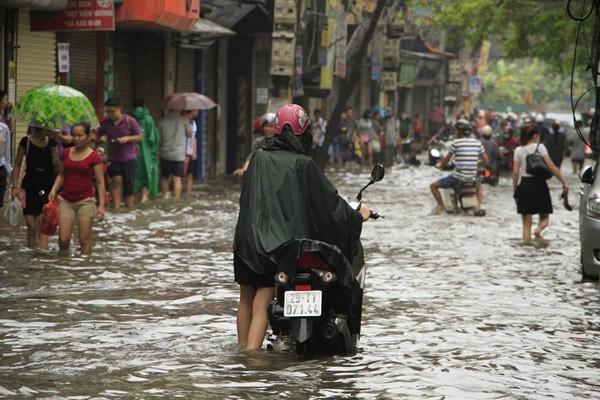 """Hà Nội: Hàng loạt """"xế hộp"""" bị nhấn chìm trong biển nước, giao thông bị ùn tắc cục bộ ảnh 17"""