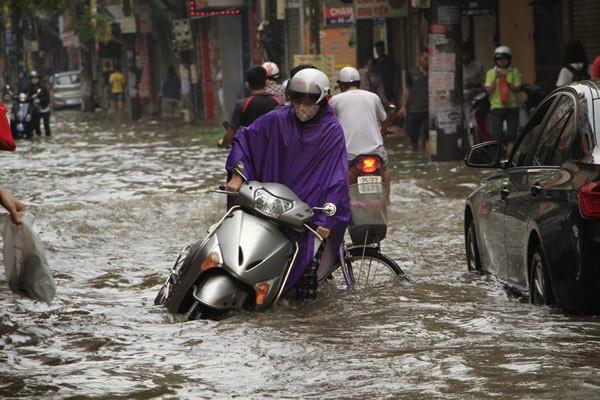"""Hà Nội: Hàng loạt """"xế hộp"""" bị nhấn chìm trong biển nước, giao thông bị ùn tắc cục bộ ảnh 18"""