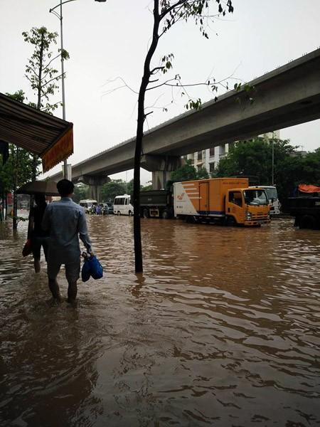 """Hà Nội: Hàng loạt """"xế hộp"""" bị nhấn chìm trong biển nước, giao thông bị ùn tắc cục bộ ảnh 9"""