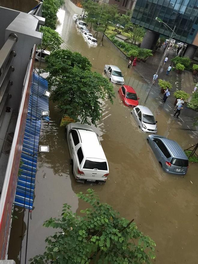 """Hà Nội: Hàng loạt """"xế hộp"""" bị nhấn chìm trong biển nước, giao thông bị ùn tắc cục bộ ảnh 1"""