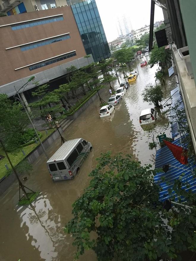 """Hà Nội: Hàng loạt """"xế hộp"""" bị nhấn chìm trong biển nước, giao thông bị ùn tắc cục bộ ảnh 2"""