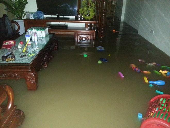 """Hà Nội: Hàng loạt """"xế hộp"""" bị nhấn chìm trong biển nước, giao thông bị ùn tắc cục bộ ảnh 7"""