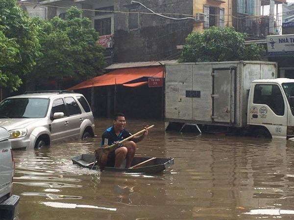 """Hà Nội: Hàng loạt """"xế hộp"""" bị nhấn chìm trong biển nước, giao thông bị ùn tắc cục bộ ảnh 4"""
