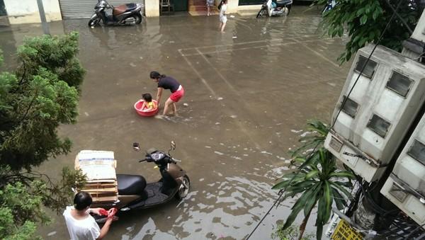 """Hà Nội: Hàng loạt """"xế hộp"""" bị nhấn chìm trong biển nước, giao thông bị ùn tắc cục bộ ảnh 16"""