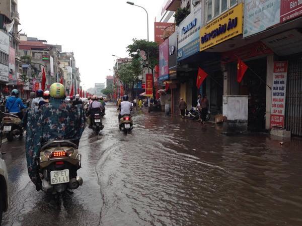 """Hà Nội: Hàng loạt """"xế hộp"""" bị nhấn chìm trong biển nước, giao thông bị ùn tắc cục bộ ảnh 14"""