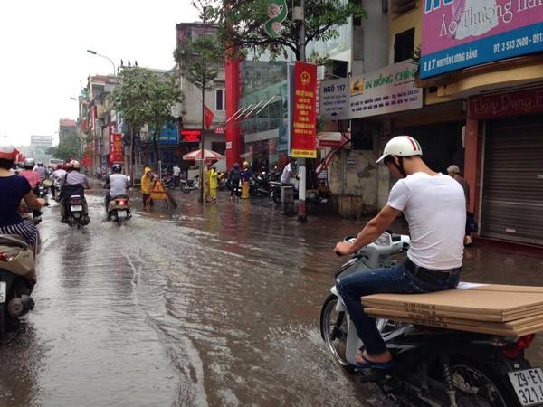 """Hà Nội: Hàng loạt """"xế hộp"""" bị nhấn chìm trong biển nước, giao thông bị ùn tắc cục bộ ảnh 13"""