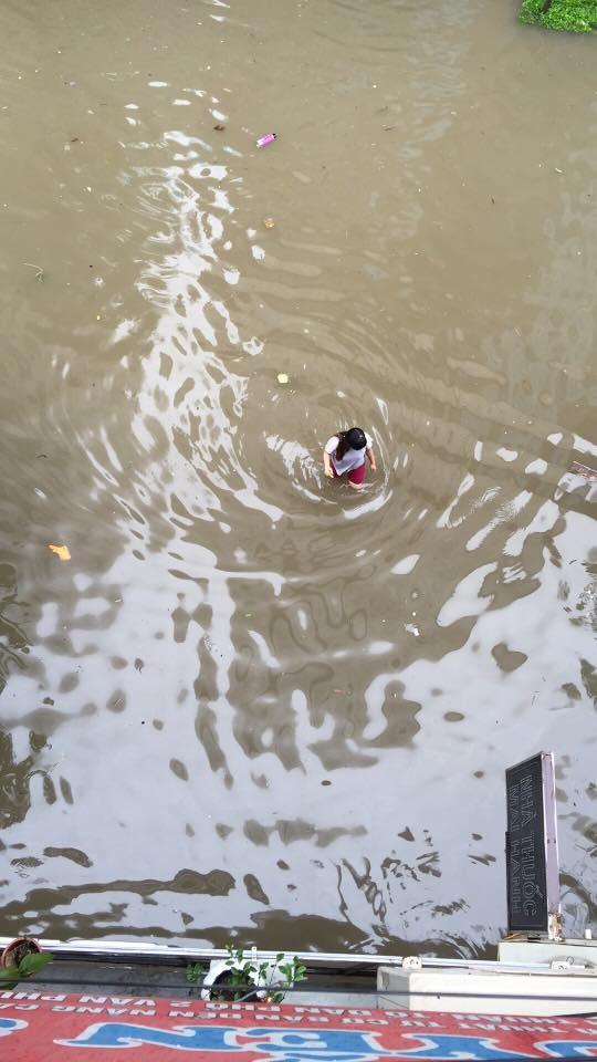 """Hà Nội: Hàng loạt """"xế hộp"""" bị nhấn chìm trong biển nước, giao thông bị ùn tắc cục bộ ảnh 3"""