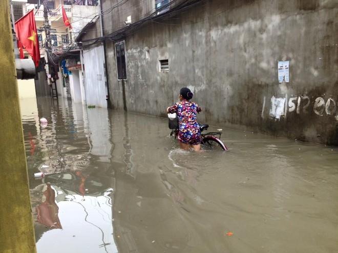 """Hà Nội: Hàng loạt """"xế hộp"""" bị nhấn chìm trong biển nước, giao thông bị ùn tắc cục bộ ảnh 10"""