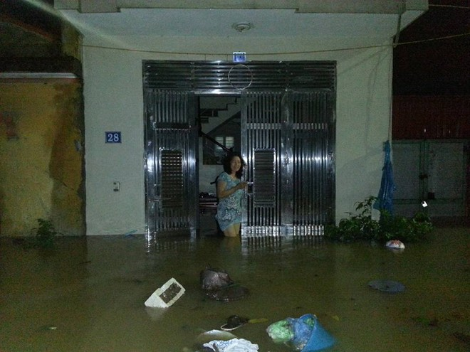 """Hà Nội: Hàng loạt """"xế hộp"""" bị nhấn chìm trong biển nước, giao thông bị ùn tắc cục bộ ảnh 5"""