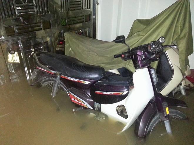 """Hà Nội: Hàng loạt """"xế hộp"""" bị nhấn chìm trong biển nước, giao thông bị ùn tắc cục bộ ảnh 6"""