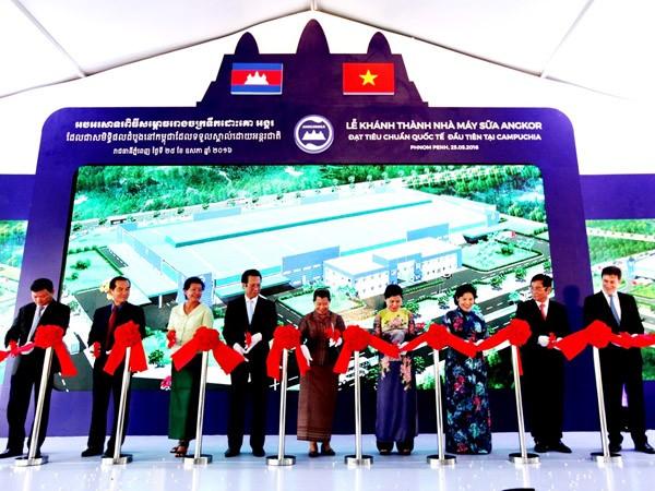 Bà Men Sam On, Phó Thủ tướng Chính phủ Campuchia (đứng thứ 5 từ trái qua phải) cùng lãnh đạo nhiều cơ quan, ban ngành của Campuchia và Việt Nam cắt băng khánh thành nhà máy sữa Angkor – nhà máy sữa chuẩn quốc tế đầu tiên và duy nhất tại Campuchia