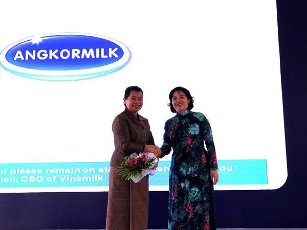 Bà Mai Kiều Liên – Tổng Giám đốc Công ty cổ phần sữa Việt Nam - Vinamilk gửi tặng hoa cảm ơn bà Men Sam On - Phó Thủ tướng chính phủ Vương quốc Campuchia và chính phủ Campuchia