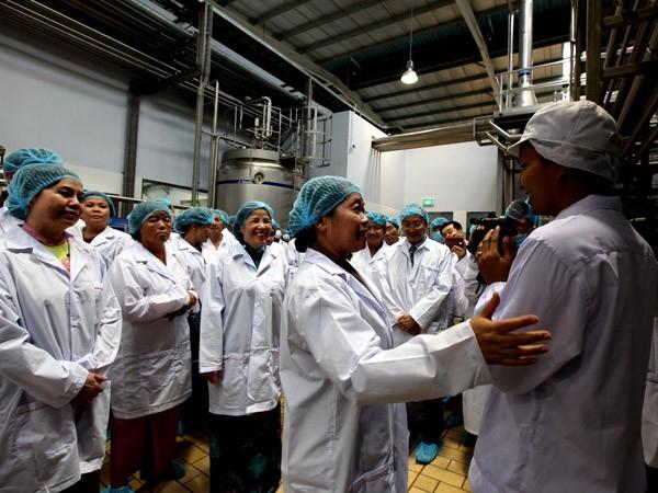 Bà Men Sam On - Phó Thủ tướng chính phủ Vương quốc Campuchia và ban Giám đốc Công ty Vinamilk, nhà máy Angkor Milk cùng khách mời tham quan dây chuyền sản xuất hiện đại của nhà máy sữa Angkor