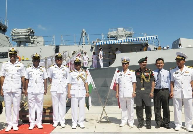 Chỉ huy tàu Hải quân Ấn Độ và đại diện Hải quân Việt Nam chụp ảnh chung. (Ảnh: TTXVN)