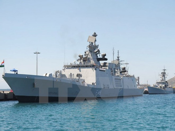 Hai tàu Hải quân Ấn Độ cập cảng Quốc tế Cam Ranh. (Ảnh: TTXVN)