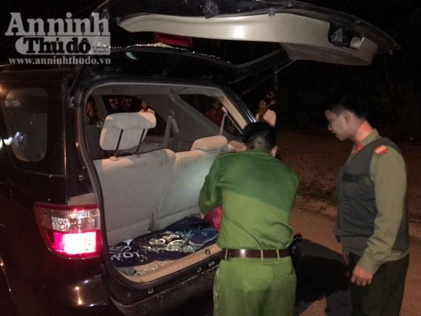 Lực lượng Công an kiểm tra ô tô 77A - 020.07, thu giữ nhiều hung khí