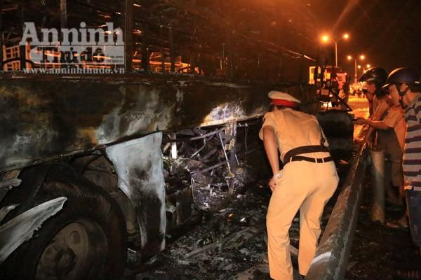 Lực lượng Công an khám nghiệm hiện trường, tìm hiểu nguyên nhân vụ cháy