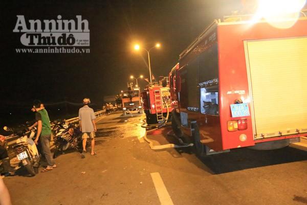 Lực lượng PCCC tỉnh Quảng Nam huy động 2 xe chuyên dụng cùng hàng chục CBCS đến dập lửa