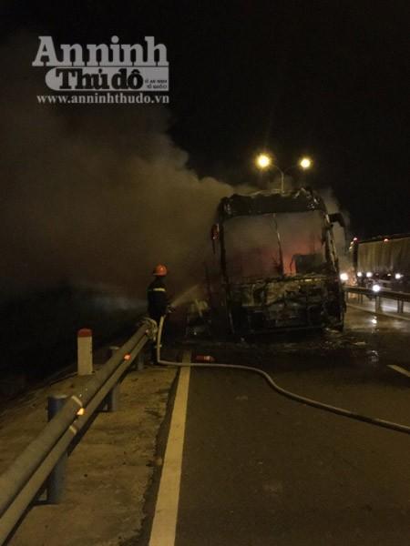 Sau một giờ nỗ lực, đám cháy đã được dập tắt, tuy nhiên, chiếc xe khách đã cháy rụi hoàn toàn