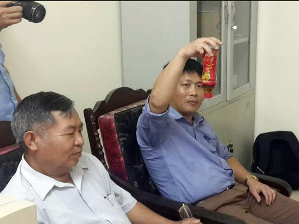 Ông Hoàng Văn Tuế (áo trắng), Phó Chủ tịch Hội Tiêu chuẩn và Bảo vệ người tiêu dùng Thanh Hóa và ông Xuân Hùng - người tiêu dùng khiếu nại về sản phẩm tại buổi làm việc với đại diện Tập đoàn Tân Hiệp Phát