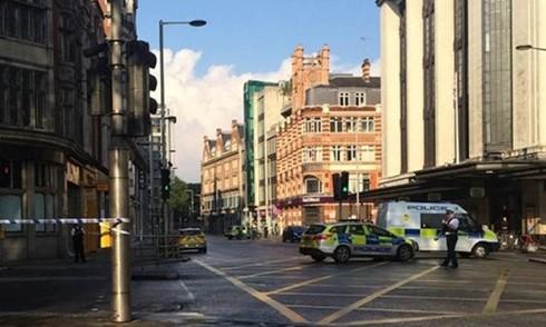 Cảnh sát sơ tán khu vực trước khi cho nổ chiếc ôtô khả nghi (Ảnh: