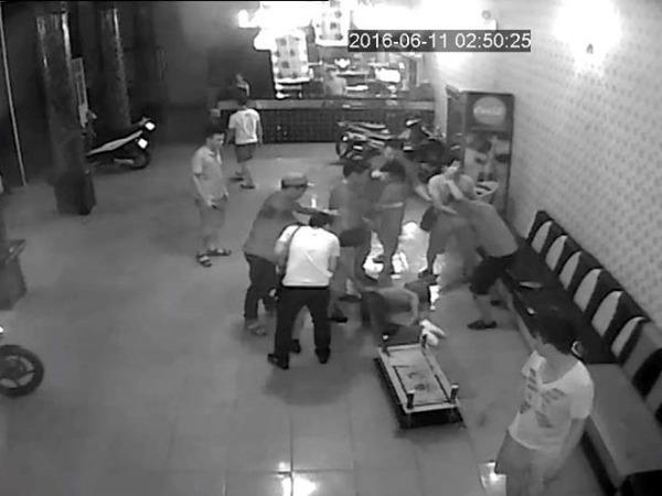 Nhóm chục tên côn đồ xông vào hành hung nạn nhân dã man (Ảnh cắt từ clip)