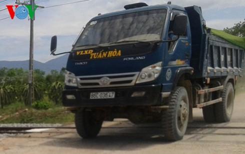 Xe chở cát khai thác trái phép ở thôn Trũng Liêm, xã Hàm Chính