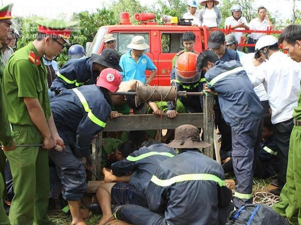 Lực lượng cứu hộ đưa thi thể các nạn nhân lên bờ