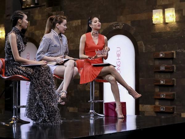 """Phạm Hương mang chiếc vương miện cô giành được tại cuộc thi Hoa hậu Hoàn vũ ra """"dụ"""" các thí sinh"""
