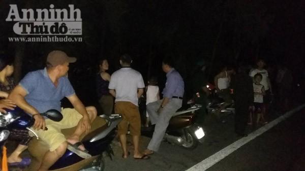 Người dân đổ ra biển, chờ đón thi thể phi công Trần Quang Khải về đất liền ảnh 3