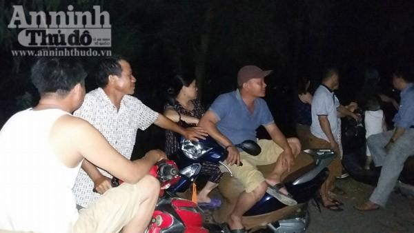 Người dân đổ ra biển, chờ đón thi thể phi công Trần Quang Khải về đất liền ảnh 4