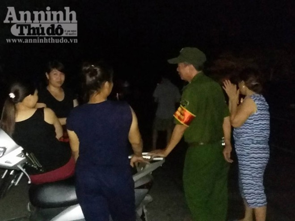 Người dân đổ ra biển, chờ đón thi thể phi công Trần Quang Khải về đất liền ảnh 5