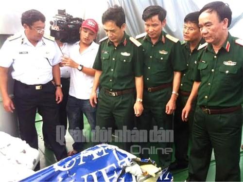 Trung tướng Phan Văn Giang (thứ ba từ trái sang) quan sát mảnh vỡ của chiếc máy bay Casa 212