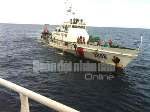 Tàu Cảnh sát biển 2008 cập mạn tàu Cảnh sát biển 4039 để báo cáo tình hình tìm kiếm cứu nạn và bàn phương án tiếp theo