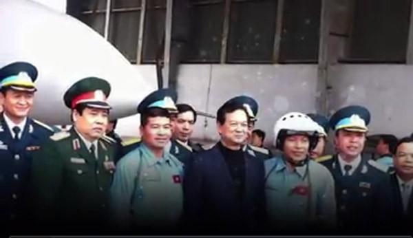 Thượng tá Trần Quang Khải (hàng trên cùng - giữa) trong một chuyện công tác tại đảo Sinh Tồn Đông - Ảnh: Nguyễn Trọng Thiết