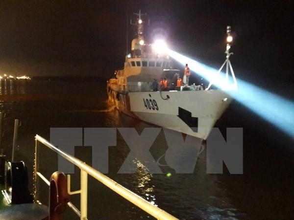 Tàu Cảnh sát biển tiếp tục tìm kiếm máy bay CASA-212 gặp nạn. (Ảnh: TTXVN)