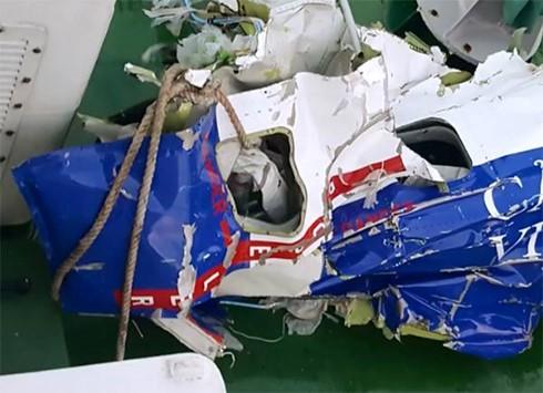 Một mảnh vỡ của máy bay tuần thám CASA 212 mang số hiệu 8983 được các lực lượng chức năng tim thấy