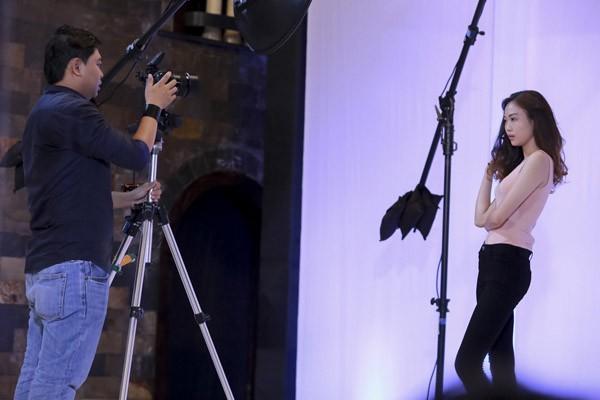 Ở thử thách chụp hình mặt mộc, các thí sinh không được phép trang điểm và phải tận dụng 3 phút quý giá để thể hiện 3 trạng thái cảm xúc: cười, sợ hãi, giận dữ