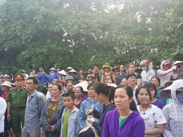 Hàng nghìn người dân đứng dọc hai bên đường chờ đón linh cữu Đại tá Trần Quang Khải